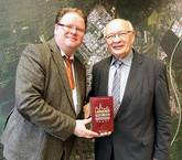 Langener Kochbuch - Autor mit Bürgermeister