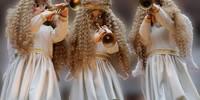 Drei Engelchen blasen die Trompeten