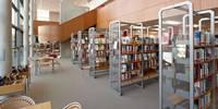 Stadtbücherei Bücherregale im Untergeschoss