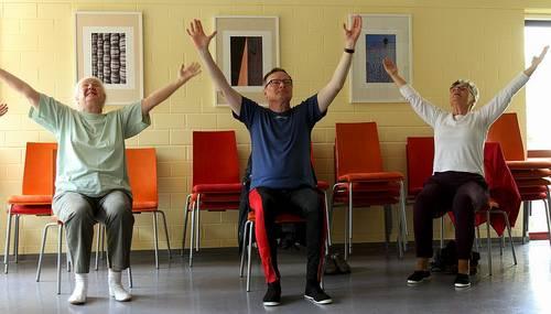 Fit in den Sommer mit Yoga im Sitzen