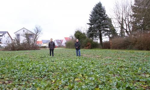 Dezernenten Werner und Löbig auf Naturkita-Acker