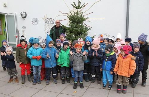 Kinder freuen sich über Tannenbäume