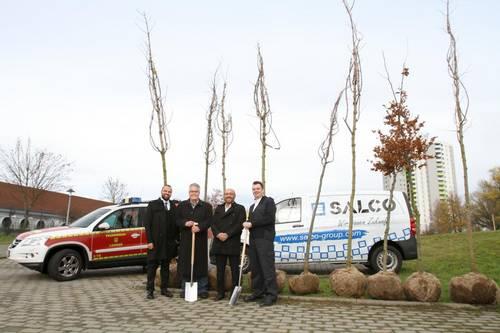 Salco spendet Bäume an Feuerwehr
