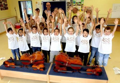 Kinder lernen Streichinstrumente spielen
