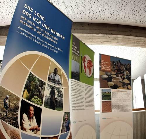 Klimaschutzausstellung Plakate Das Land, das wir uns nehmen