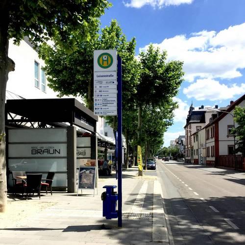 So problemlos wie an der Haltestelle Luisenstraße sollen bald überall auf der Bahnstraße die Fahrgäste in den Bus ein- und aussteigen können. (Foto: Stupp/Stadt Langen)