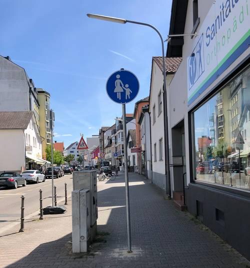 Mehr Schutz fuer Fußgänger - Schild