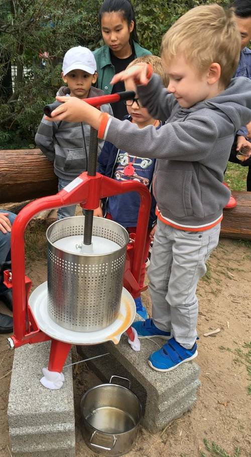 Kita-Kinder feiern Apfelfest